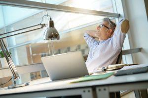 Entspannter Manager am Schreibtisch